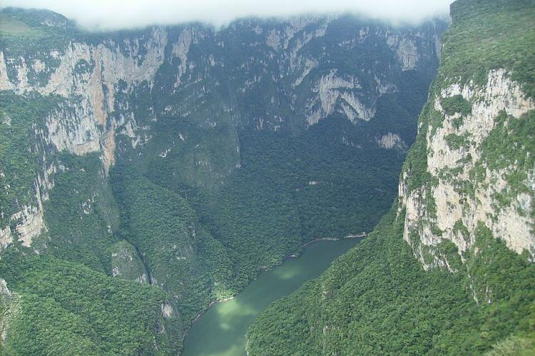Sumidero Canyon: view of the river valley from the air - by User:Eternalsleeper - Own work by the original uploader, Public Domain, https://commons.wikimedia.org/w/index.php?curid=65938220
